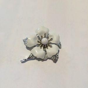 Vintage Sarah Coventry Big white flower brooch
